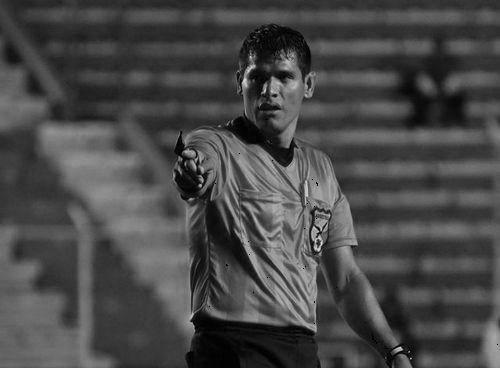 Футбольный арбитр умер прямо во время матча в Боливии