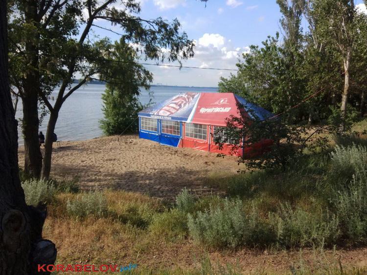 На недавно открытом пляже «Чайка» в Корабельном районе установили пивную палатку (ФОТО)