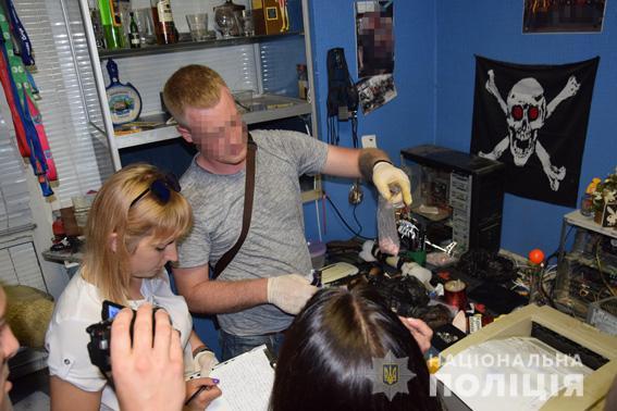 В бывшем интернет-кафе в центре Николаева нашли наркотики, взрывчатку и патроны (ФОТО)