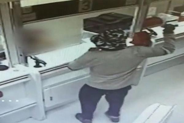В Израиле мужчина ограбил два банка с помощью… авокадо