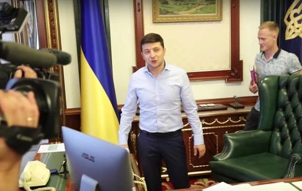 Зеленский показал журналистам свой кабинет (ВИДЕО)