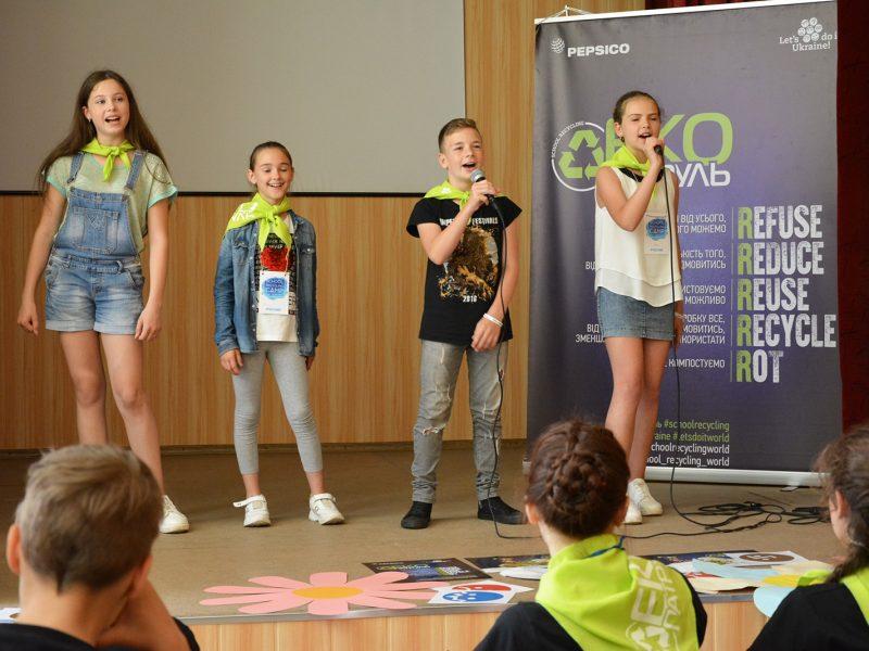 Школьники из трех областей Украины овладели плогингом и играли в форум-театр в эко-лагере «School Recycling Camp 2019» под Николаевом (ФОТО)