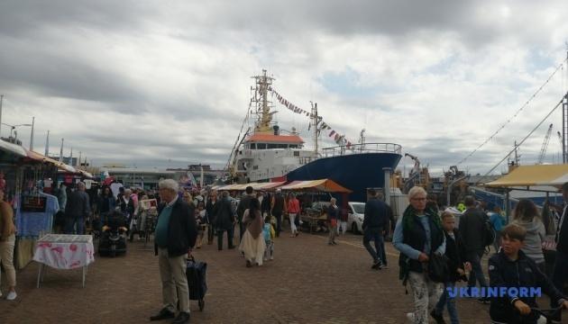 В Нидерландах провели фестиваль селедки (ВИДЕО)