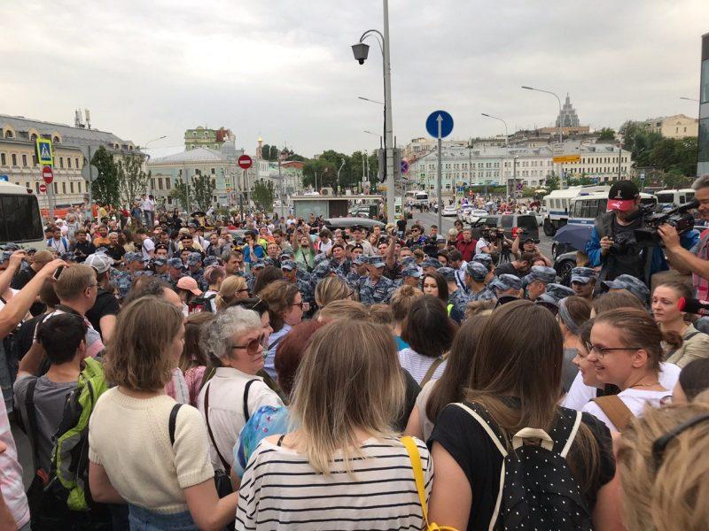 """В Москве на акции в поддержку Голунова задержали журналистов """"Медузы"""" и Reuters"""