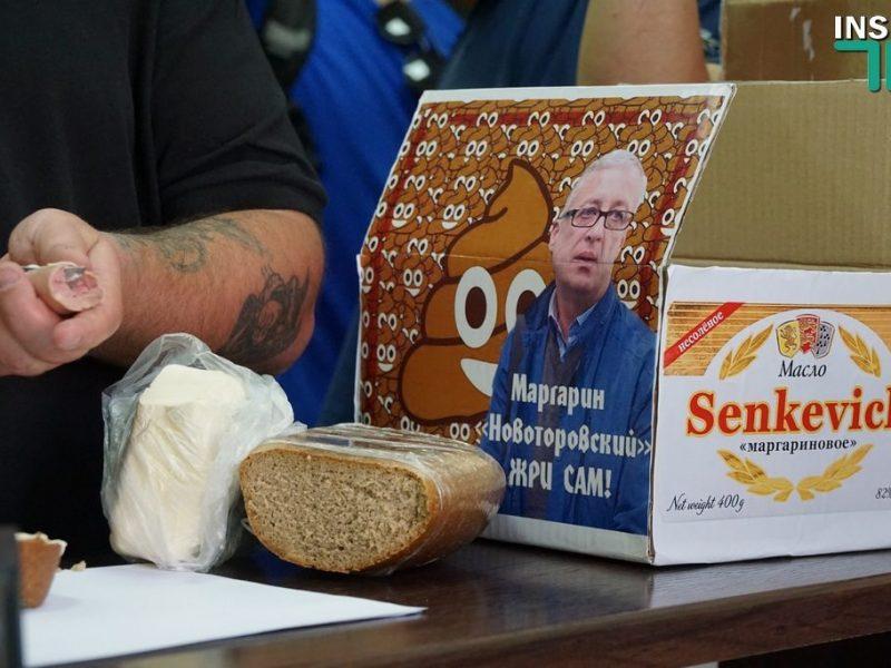 Активисты принесли на сессию горсовета Николаева «маргариновую коробку» – полиция их не хотела пускать (ФОТО, ВИДЕО)