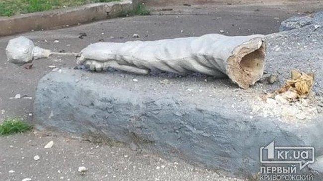 В родном городе Зеленского у статуи Богдана Хмельницкого отвалилась  рука с булавой (ФОТО)