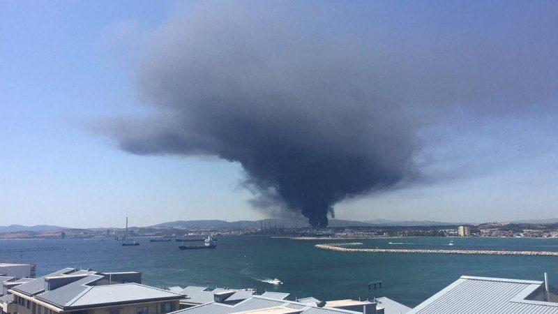 В Испании из-за взрыва вспыхнул пожар на нефтехимическом заводе (ВИДЕО)
