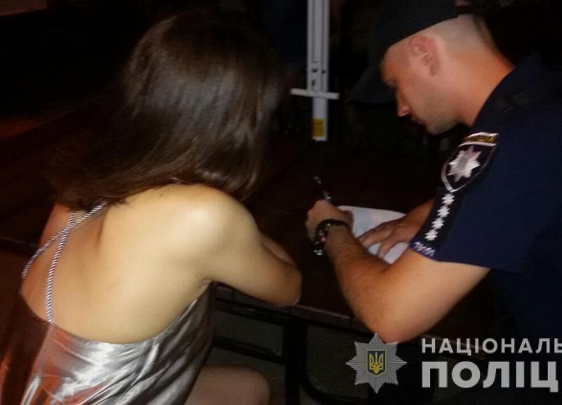 Николаевская полиция в ходе рейда обнаружила ночью в баре 15-летнюю девушку и пьяных несовершеннолетних парней (ФОТО)
