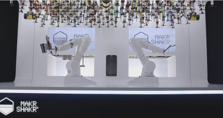 Молча наливающий Тони: в Милане заработает передвижной бар с роботами-барменами (ВИДЕО)