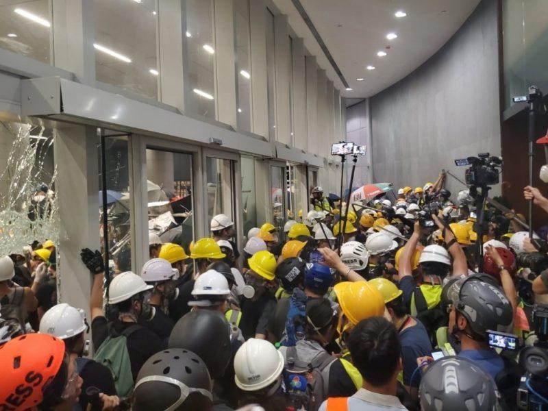 В Гонконге протестующие штурмуют парламент