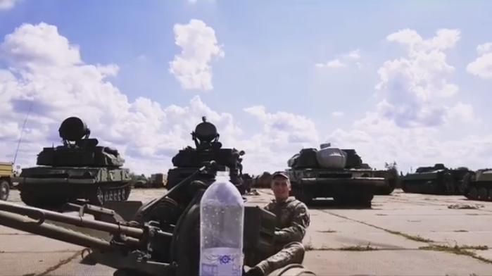 Украинский боец присоединился к главному флешмобу этого лета и открыл бутылку зениткой (ВИДЕО)