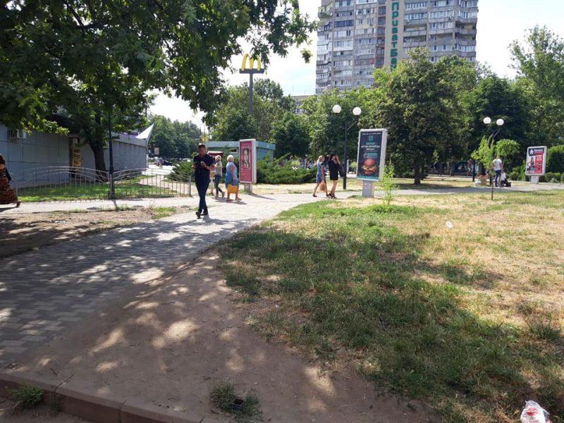 В Николаеве сквер у «Шара» очистили от киосков (ФОТО)