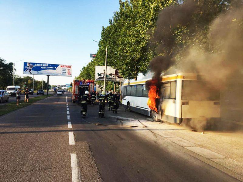В Николаеве на Широкобальском перегоне горел автобус (ФОТО)