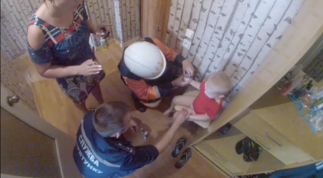 В Николаеве спасатели выручили малыша, у которого рука застряла в калейдоскопе (ВИДЕО)