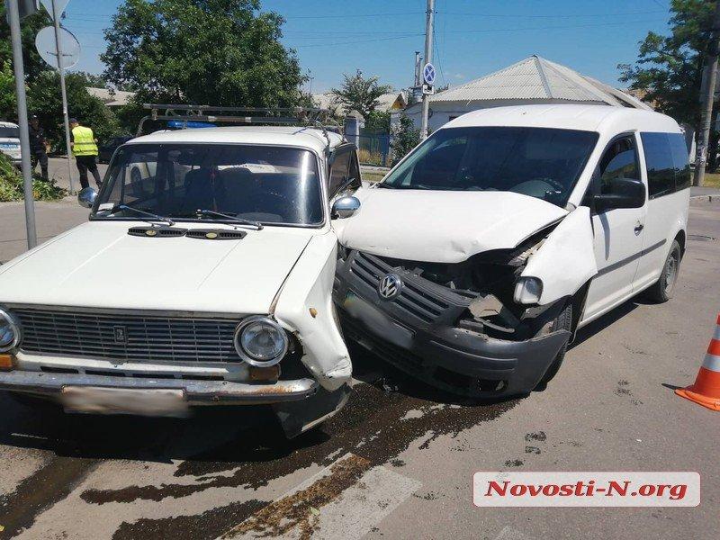 В Николаеве такси не пропустило «ВАЗ» – пострадало два человека (ФОТО)