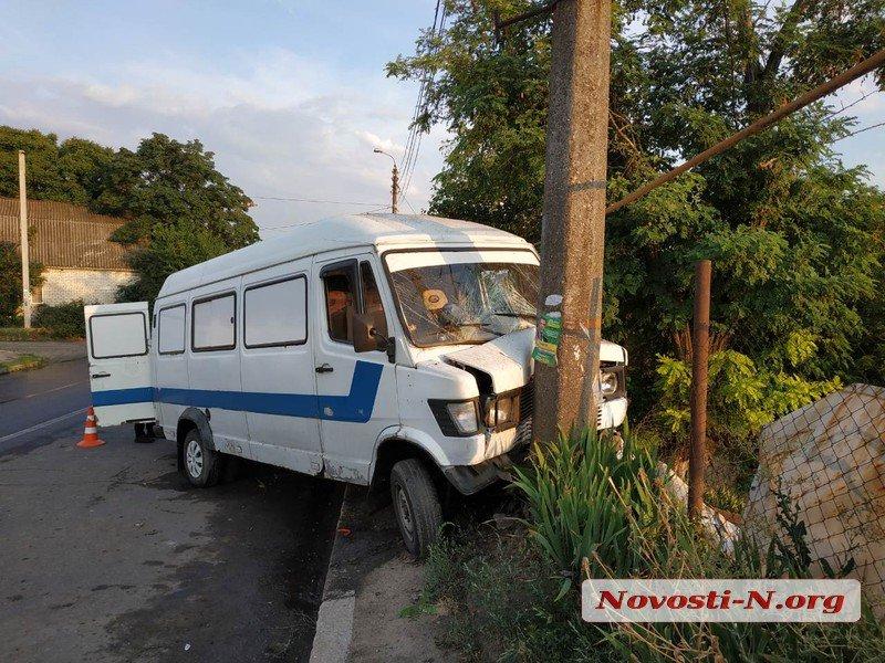В Николаеве «Мерседес» врезался в столб — пострадали водитель и 4-летняя девочка (ФОТО)