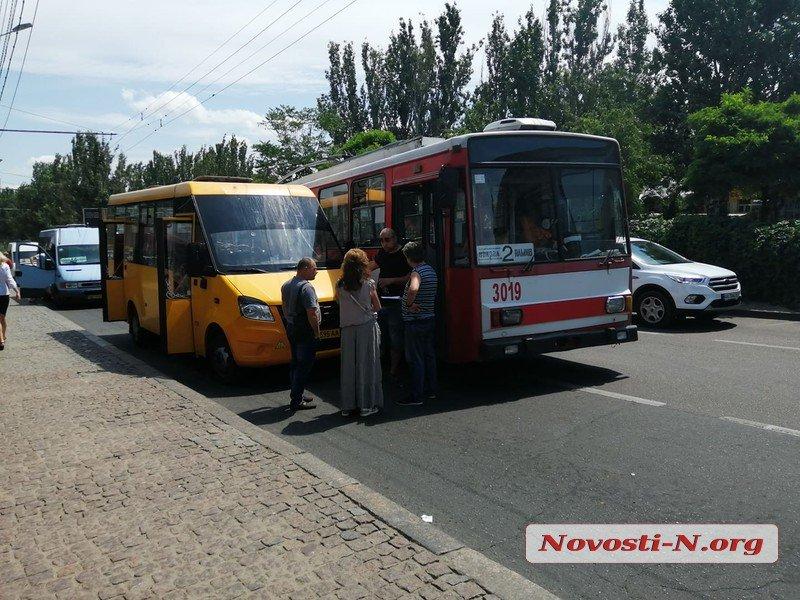 В Николаеве троллейбус на остановке въехал в маршрутку (ФОТО)