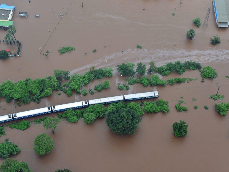 В Индии паводок утопил  пассажирский поезд