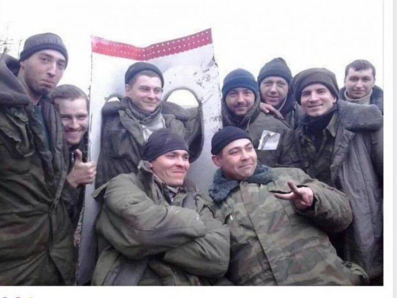 """""""Радостные лица и лайки"""": офицер ВСУ показал, как боевики развлекались на обломках MH17 (ФОТО)"""
