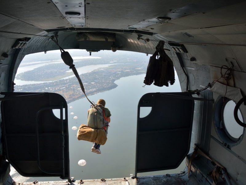 Николаевские десантники на высоком уровне отработали парашютные прыжки на воду (ФОТО)