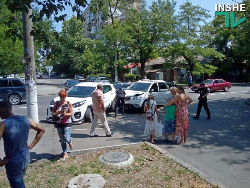 В центре Николаева на перекрестке столкнулись две легковушки
