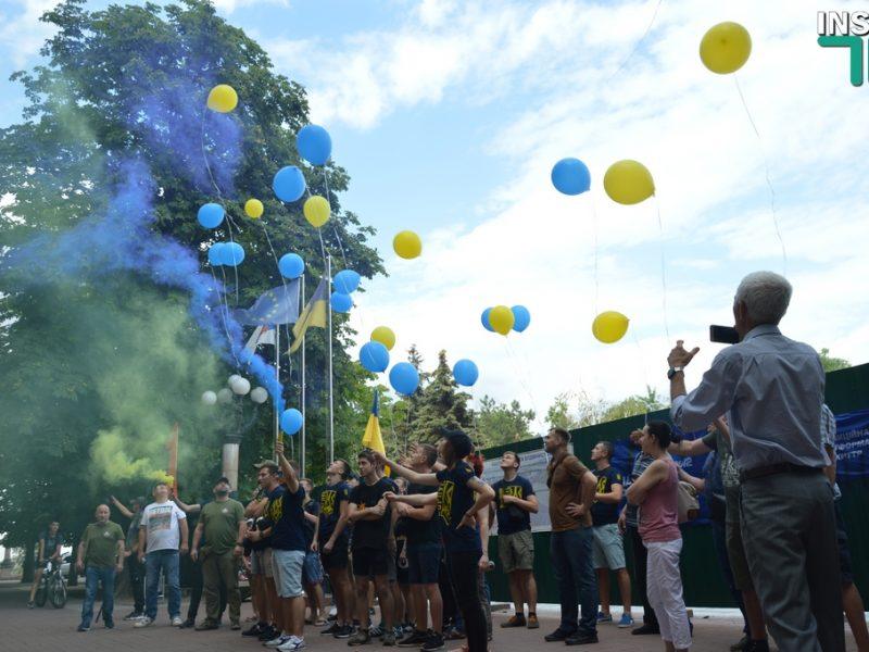 Николаевские националисты провели под стенами мэрии акцию, призвав не голосовать за «оппозиционеров» (ФОТО, ВИДЕО)