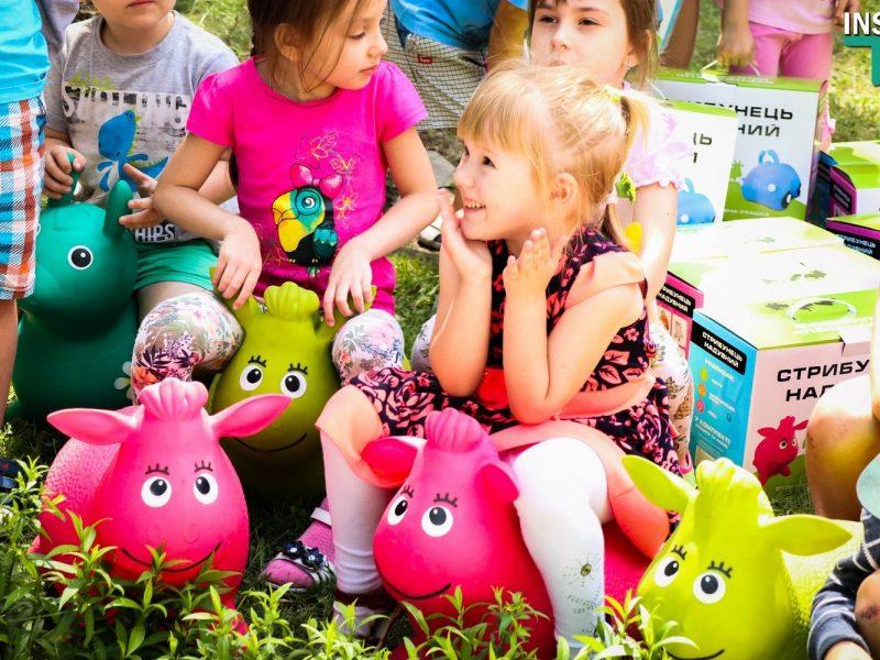Николаевский детский сад «Сказка» получил в подарок игрушки-попрыгунчики, изъятые на таможне (ФОТО, ВИДЕО)