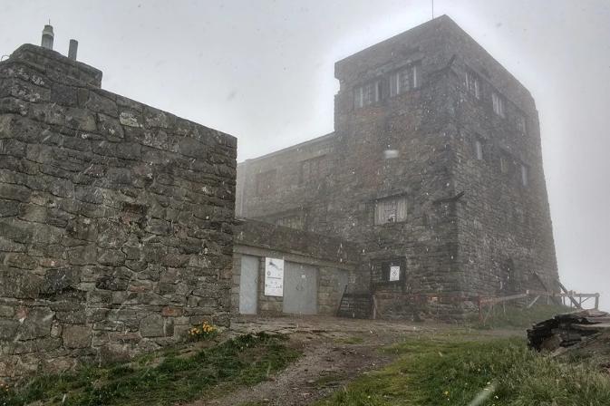 В Карпатах на горе Поп Иван пошел снег с дождем