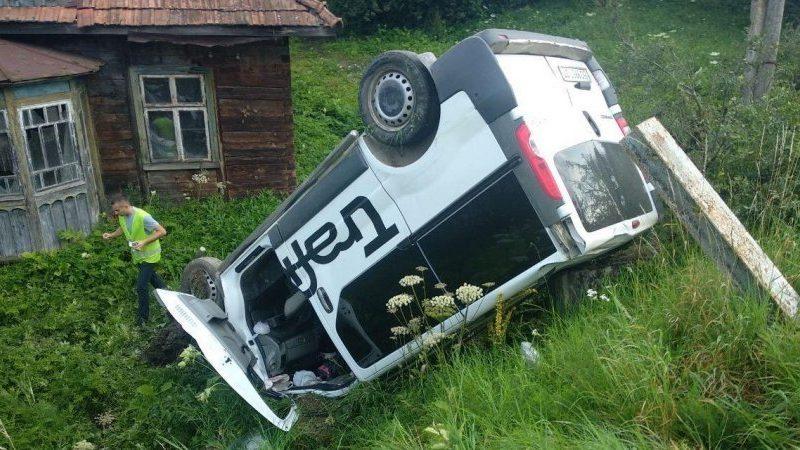 Во Львовской области микроавтобус въехал в остановку с людьми, одна погибшая