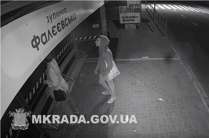 В Николаеве молодые вандалы изрисовали новую остановку. Сенкевич объявил вознаграждение тому, кто поможет их найти (ФОТО, ВИДЕО)