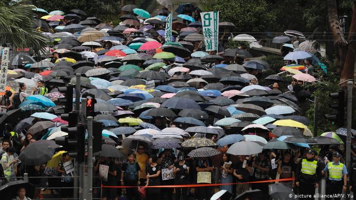 Протесты в Гонконге: полиция впервые применила оружие