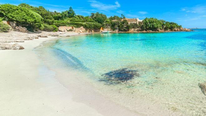 Француза оштрафовали на 1000 евро за попытку вывезти 2 кг песка с Сардинии