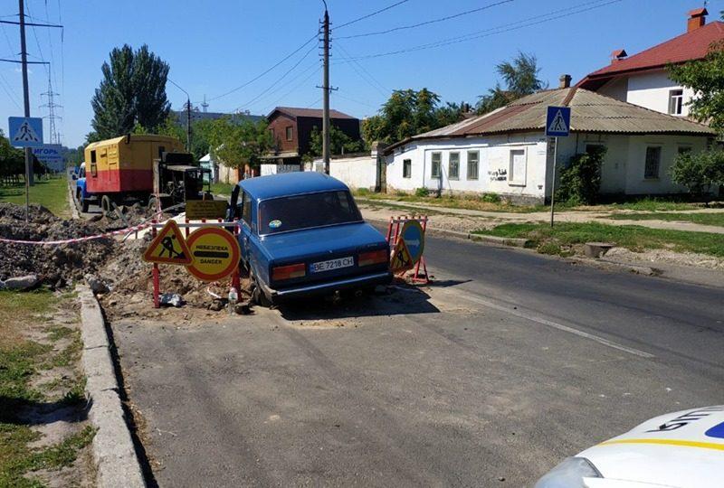 Вдрызг пьяный водитель на «семерке» чуть не влетел в яму, где Николаевской ТЭЦ проводятся ремонтные работы (ФОТО)