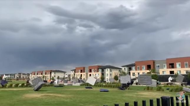 «Как армия лягушек»: в Колорадо ветер унес десятки матрасов, приготовленных местными жителями для просмотра кино под открытым небом (ВИДЕО)