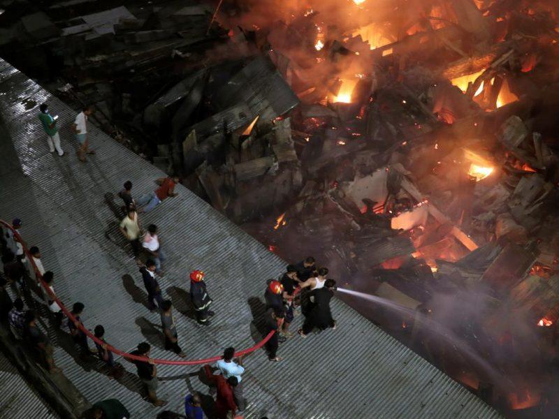 Грандиозный пожар в трущобах столицы Бангладеш: без крова остались 50 тысяч человек