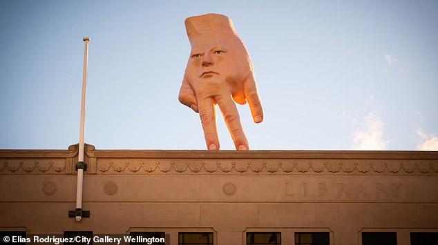 Хорошо, что в Николаев приехала не такая «рука»: жители новозеландского города пугаются нового арт-объекта (ФОТО)