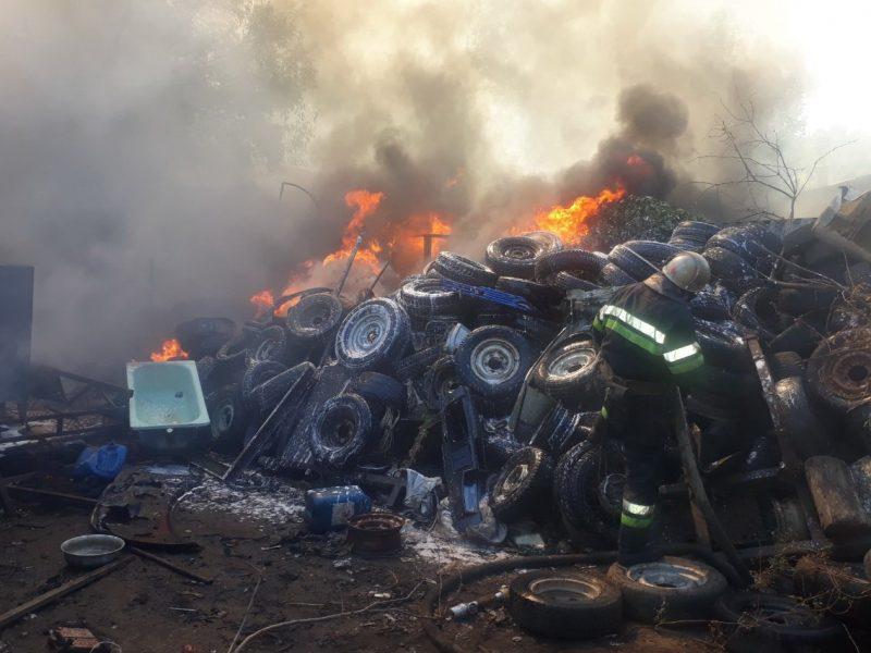 В Харькове произошел масштабный пожар на складе старых покрышек, сгорели пять автомобилей