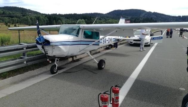 В Хорватии самолет экстренно сел на главной автомагистрали (ФОТО, ВИДЕО)