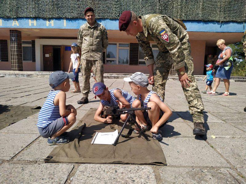 Николаевские десантники в День Независимости Украины организовали выставку вооружения и военной техники (ФОТО)