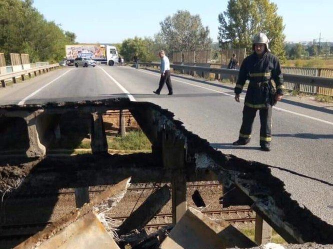 В Харькове обвалился автомобильный мост (ВИДЕО)
