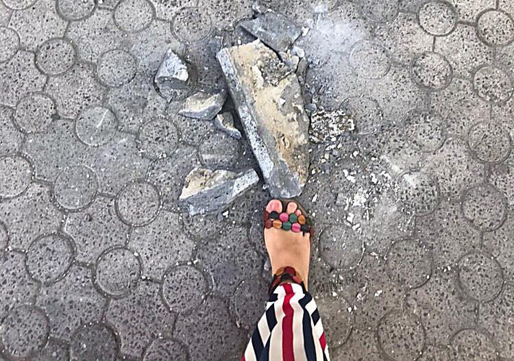 «Прямо за спиной рухнул»: на Соборной улице отвалился кусок балкона, едва не задев девушку (ФОТО)