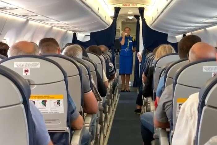 Стюардесса во время полета исполнила для пассажиров самолета Гимн Украины (ВИДЕО)