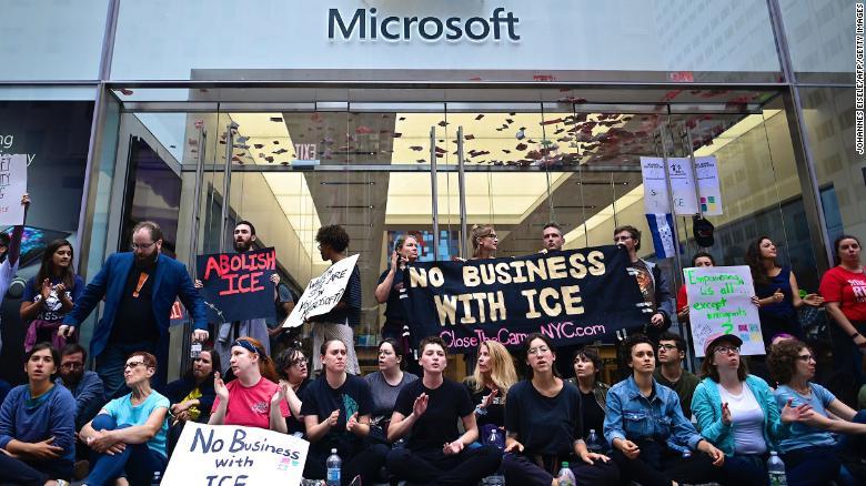 В Нью-Йорке протестующие требовали от Microsoft отказать миграционной службе в использовании программ компании – задержано свыше 70 человек (ВИДЕО)