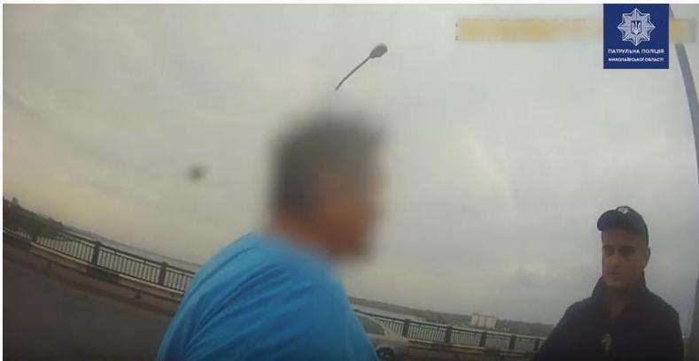 В Николаеве, чтобы спасти жизнь женщине, патрульным пришлось надеть на нее наручники (ВИДЕО)