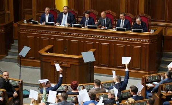 Большинство украинцев разочарованы действиями Рады и Правительства: опрос