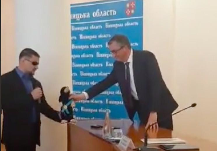 В Виннице Зеленскому выписали удостоверение общества слепых, а новому главе ОГА подарили крота