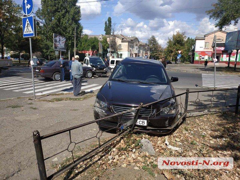 На перекрестке в Николаеве в аварию угодили три автомобиля: пострадал водитель (ФОТО)