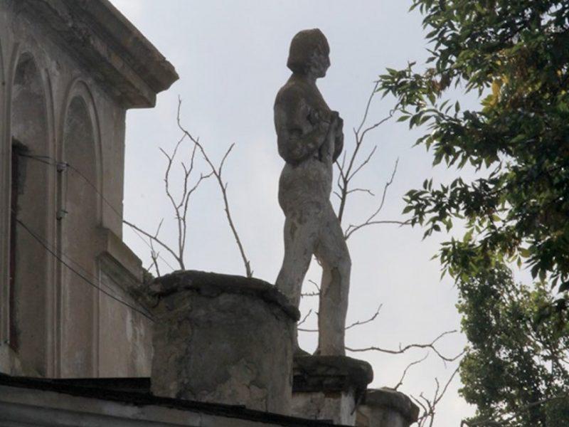 «Чтобы она не покалечила никого». В Николаеве с крыши убрали аварийную «девушку с веслом» (ВИДЕО)