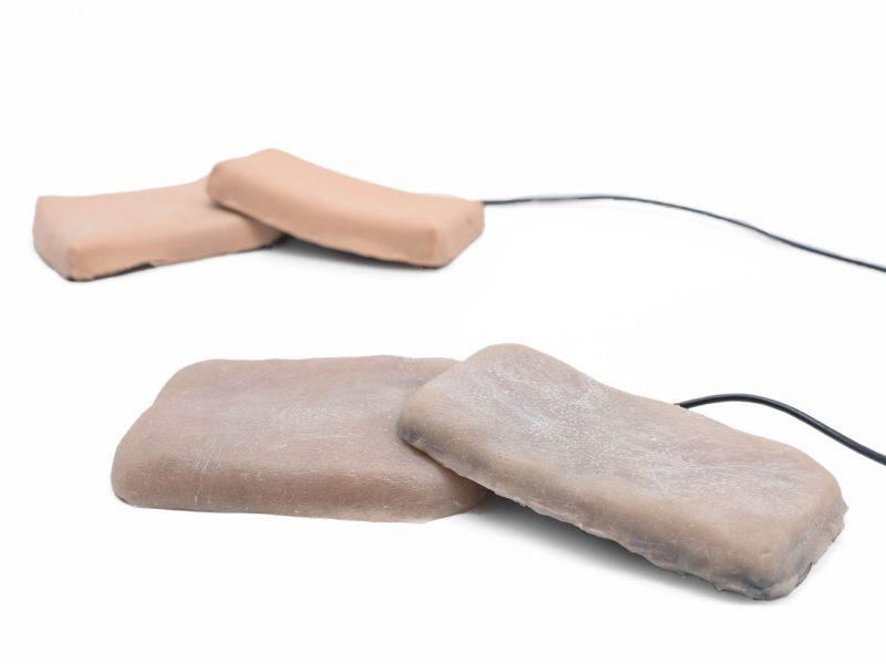 Французы предлагают чехлы для смартфонов из человеческой кожи: гаджетом можно управлять щипками и щекоткой (ВИДЕО)