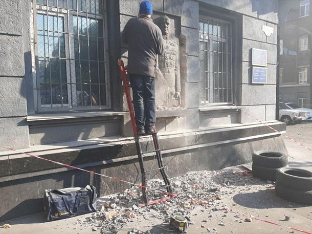 В Одессе демонтировали барельеф маршалу Жукову